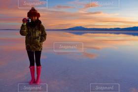 女性,1人,ファッション,空,カメラ女子,絶景,夕焼け,全身,世界遺産,旅行,サンセット,ウユニ塩湖,ボリビア,南米