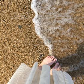 女性,海,足元,砂浜,裸足,波打ち際,水辺,スカート,お散歩,はだし,ひらひら