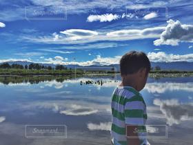 子ども,自然,青空,青,水面,田舎,反射,男,男の子,感動,潟,キレイ,のどかな風景,自然の美しさ