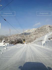 自然,風景,空,冬,雪,白,雲,きれい,綺麗,晴れ,青空,晴天,青,車,車内,冬景色,季節,雪景色,田舎,山,影,シルエット,山道,白い,電柱,電線,道,日本,寒い,坂道,快晴,ドライブ,青い,ウィンター,ホワイト,雪道,田舎道,ゆき,積雪,通行