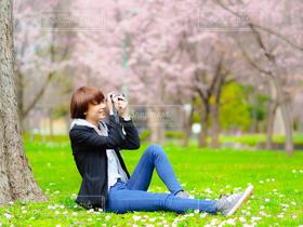 女性,恋人,友だち,1人,モデル,20代,ファッション,自然,公園,カメラ女子